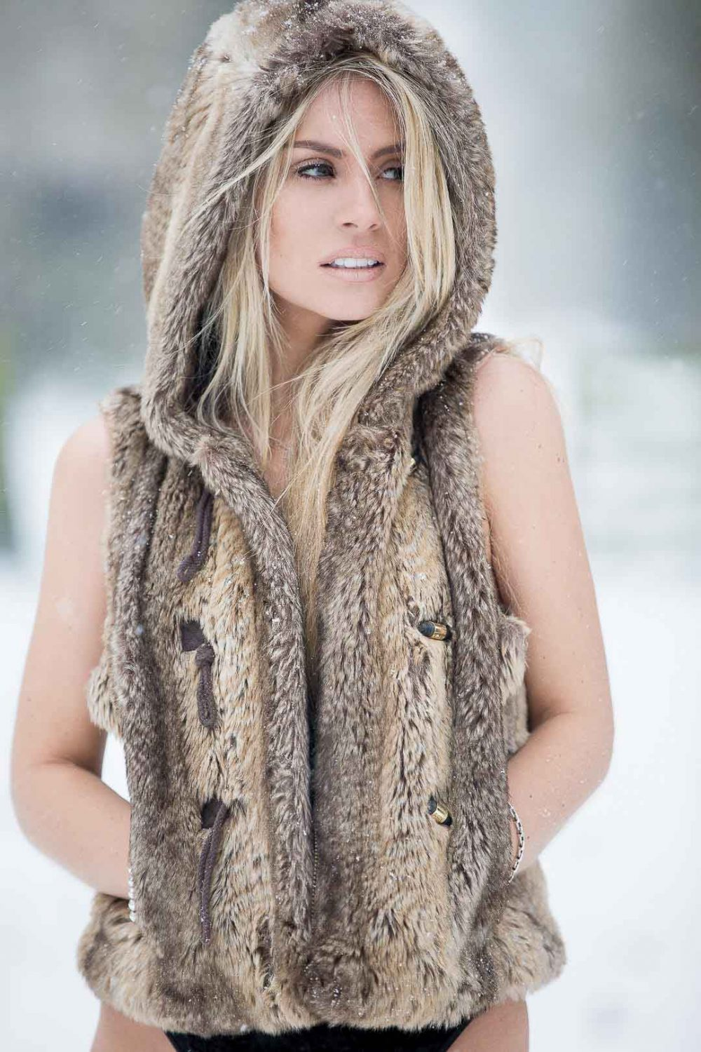 model-campaign-snow-shoot-beauty-photographer
